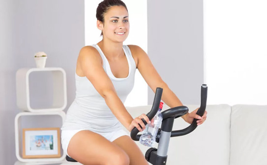 стройная-девушка-на-велотренажере