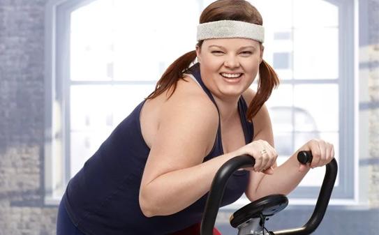 толстая-на-велотренажере